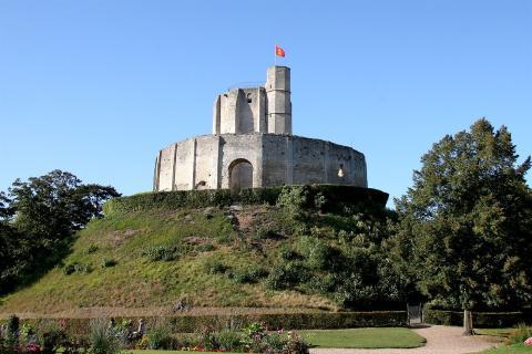 1280px-Chateau-de-Gisors.jpg
