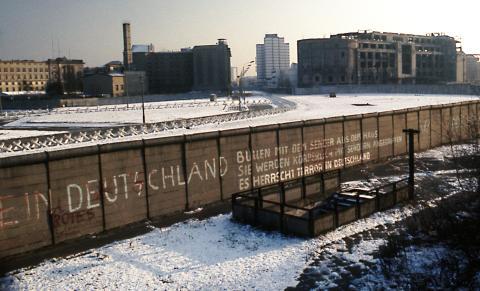 Berlin_Wall_Potsdamer_Platz_November_1975_looking_east_crop.jpg