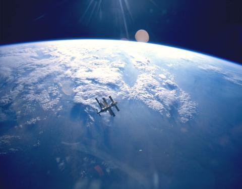 Earth_&_Mir_(STS-71).jpg