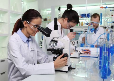 videoblocks-researcher-specialist-talking-about-lab-experiment-microscope-test-in-laboratory_rdhswjjhg_thumbnail-full01.png